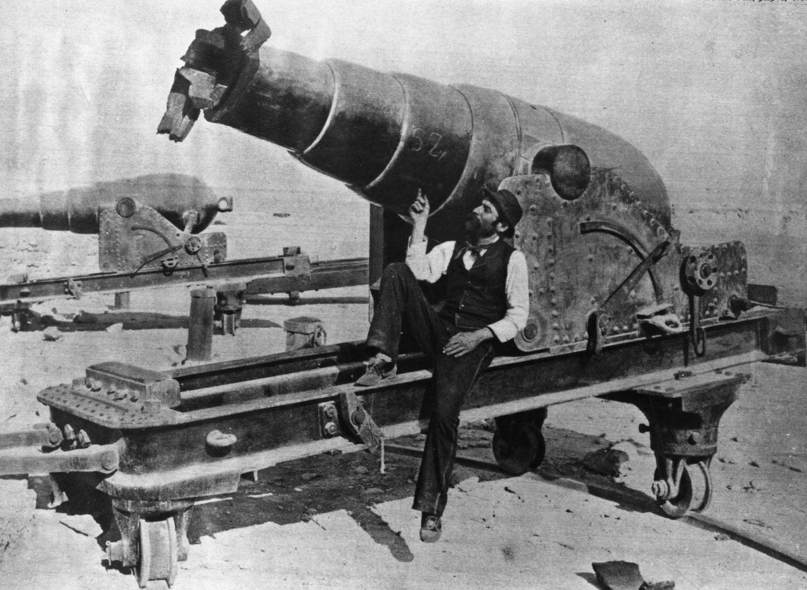 05. Египетская пушка, которая пострадала от прямого попадания в дуло. Форт Фарос во время англо-французской бомбардировки Александрии во время англо-египетского конфликта из-за контроля над Суэцким каналом.