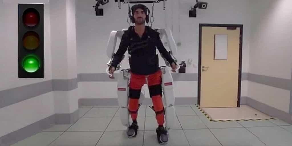 un-exosquelette-aide-un-homme-paralysé-à-marché