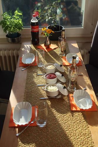 Tisch gedeckt für Friet Speciaal