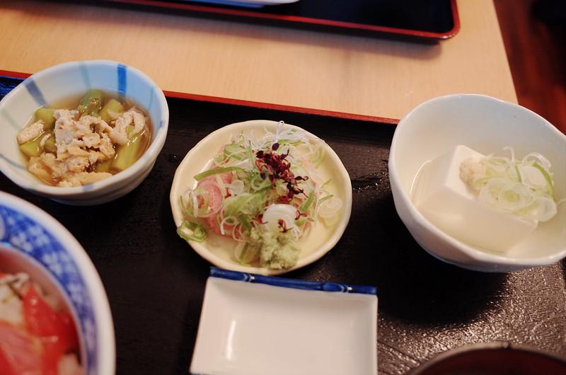 豊洲安庵定食小鉢 アスパラと油揚げの煮物 冷や奴 +ねぎとろ小鉢