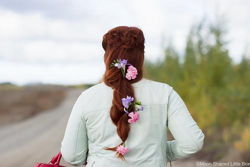Kukkakampaus_pitkat_hiukset