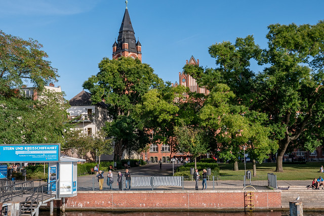 Berlin, Köpenick: Blick vom Schiff zum Luisenhain und dem Rathaus - Looking from the excursion boat to the pier and the Town Hall half hidden behind the Luisenhain (Louise's Grove) trees