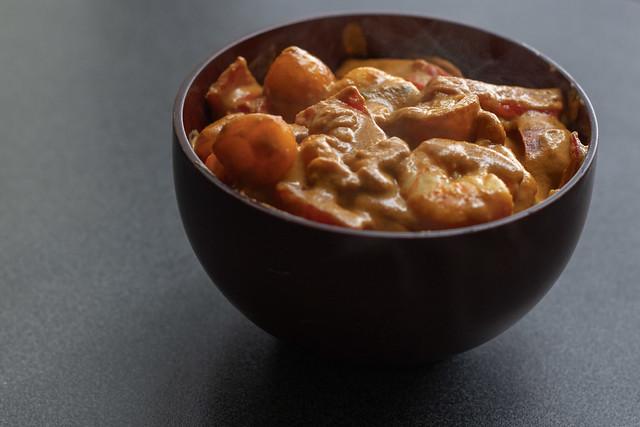Gamberi al curry giallo, zenzero, peperoni e anacardi