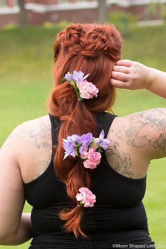 Kukkakampaus_pitkilla_hiuksilla