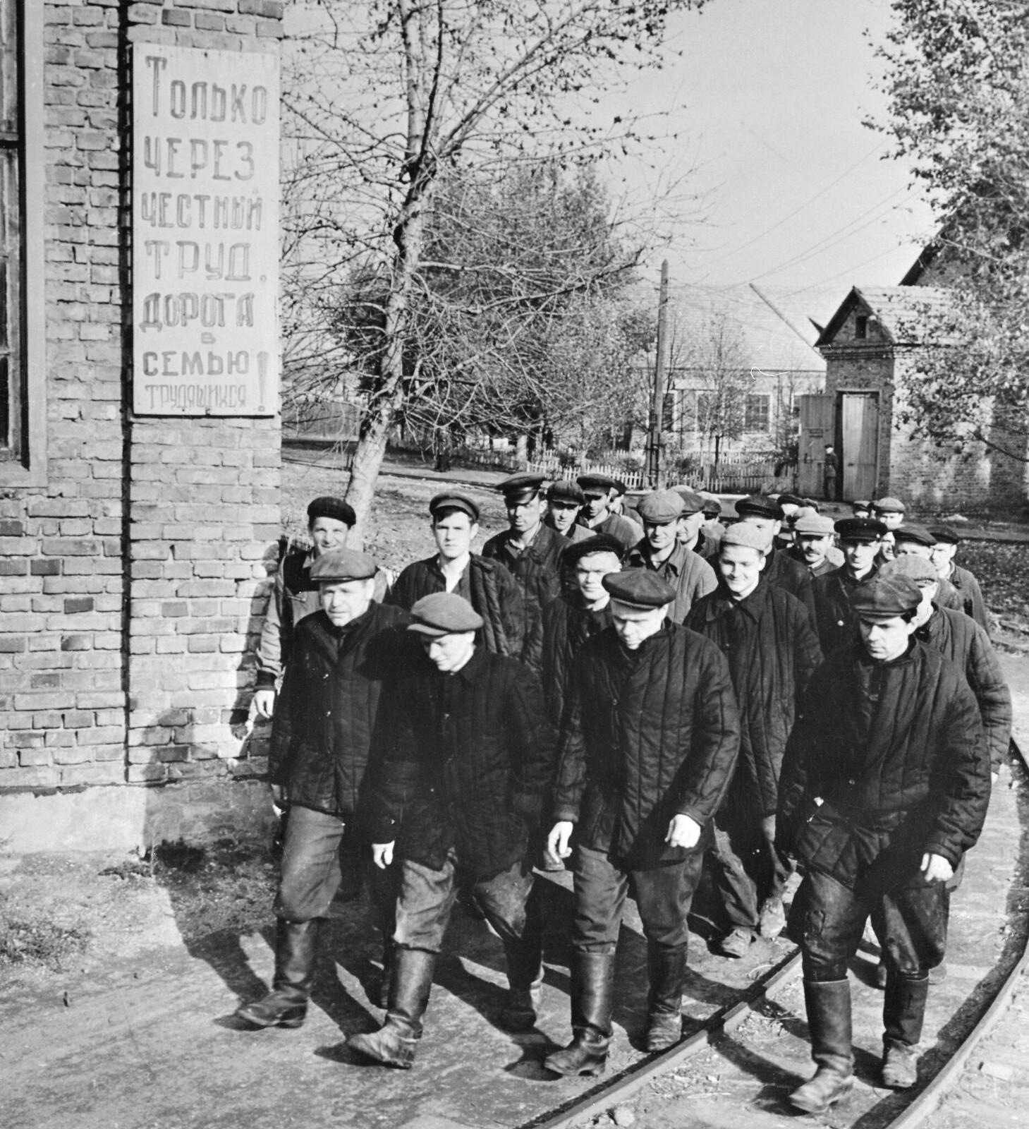 1958. Заключенные. Лагерь расположен неподалеку от Минска