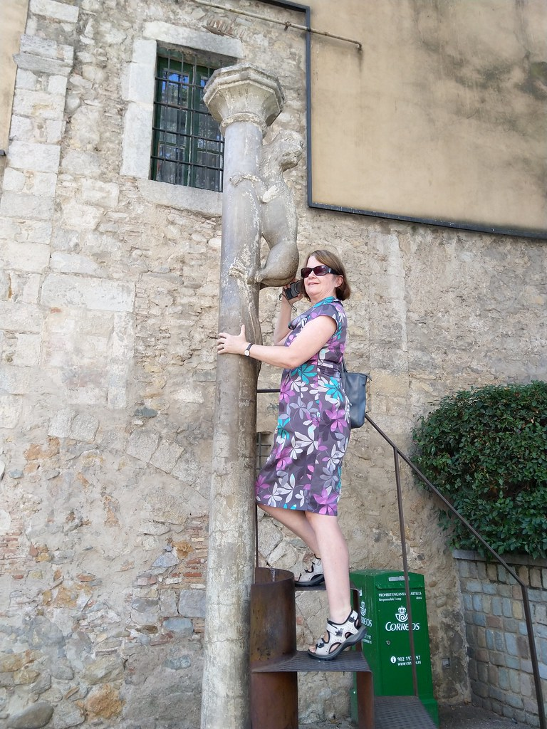 Climbing up the steps to kiss the Lionesses bottom in Girona