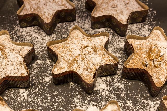 Sternenkuchen: sternförmige Backware mit Puderzucker