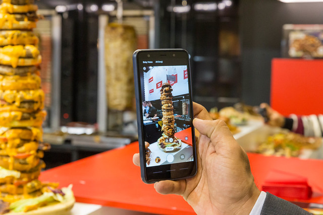 Burgerturm wird von einem Smartphone fotografiert