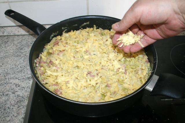 35 - Mit restlichem Bergläse bestreuen / Dredge with remaining cheese