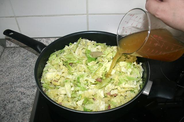 26 - Mit Gemüsebrühe ablöschen / Deglaze with vegetable broth