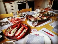 Äntligen  till middag! Hummer, krabba, kungskrabba, ostron, rökta och vanliga färska räkor - mätt blev jag. Det där med att öppna ostron behöver samtliga i det här sällskapet öva på. :)