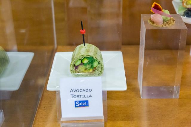 Avocado Tortilla ausgestellt auf einem Teller