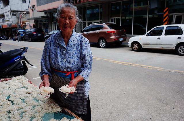 曬魚麵的老婦