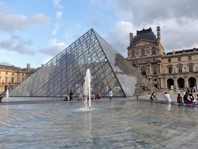 Pirámide Museo del Louvre - Paris.