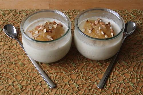 Servierbereite Overnight Oats mit Apfelkompott und Haselnüssen