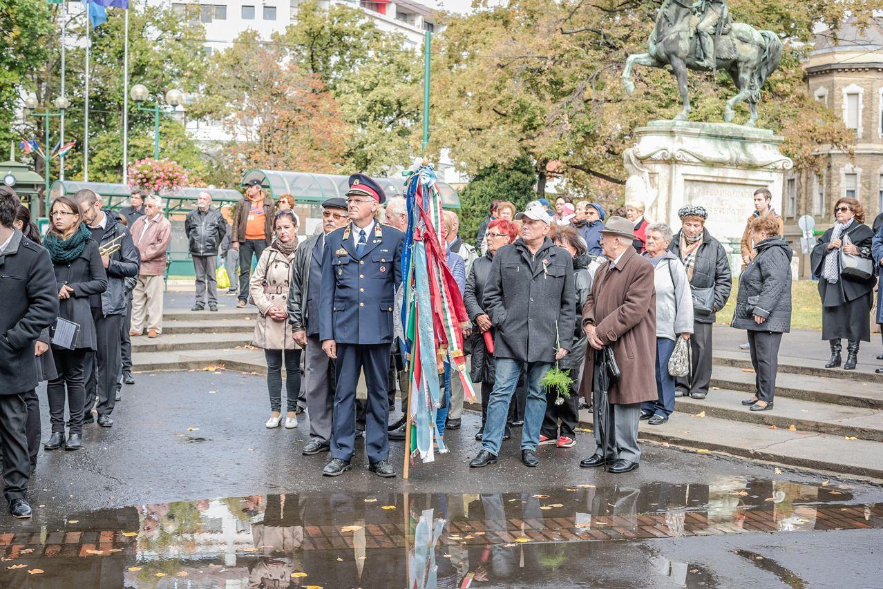 Egymás után, külön emlékeztek meg Botkáék és Nemesiék az Aradi téren