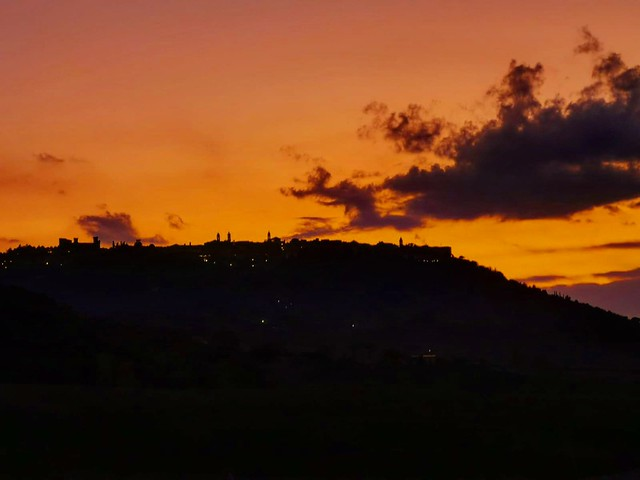 Sunset in Tuscany 🌇 . . . #like #follow #share #comment #subscribe #castelnuovodellabate #montalcino #borghettomontalcino #tuscany #tuscanygram #italy #italy #italia #santantimo #valdorcia #travel #travelblogger #travelphotography #travelgram