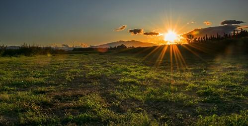 sunset coucherdesoleil soleil canigou sun pyrénéesorientales nature outside lumière rayons sunrays paysage groupenuagesetciel profondeurdechamp