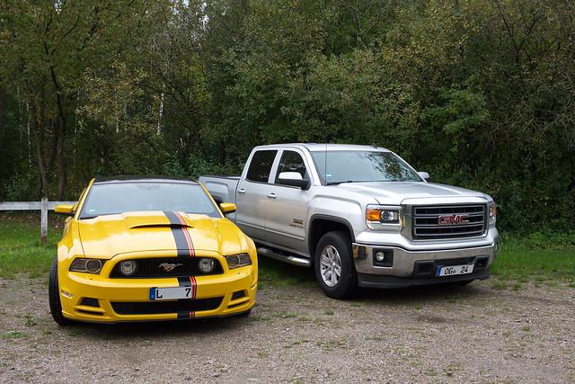 Ford Mustang und GMC Sierra