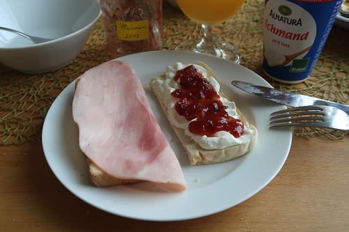 Toast mit Kochschinken bzw. mit Schmand und Erdbeermarmelade