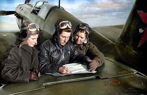 Pilotos del 586º Regimiento de Aviación de Cazas Lidia Litvyak, Ekaterina Budanova y Maria Kuznetsova cerca del caza Yak1