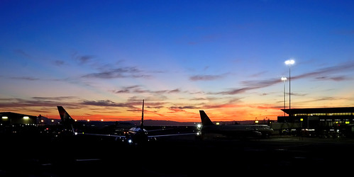 photo california sanfrancisco burlingame sanfranciscoairport sfo dawn sunrise airplane plane ua unitedclub clouds panorama