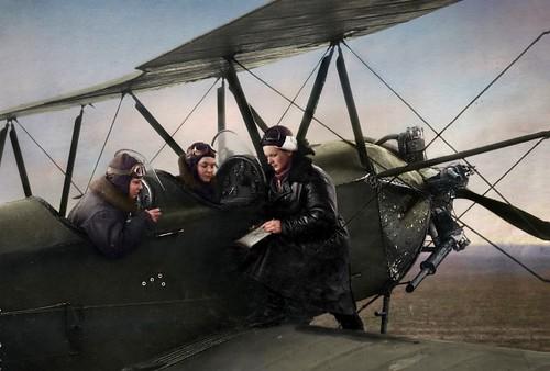 El comandante del regimiento E. D. Bershanskaya da instrucciones a la tripulación de Evdokia Nosal y Nina Ulyanenko, una fotografía de 1942