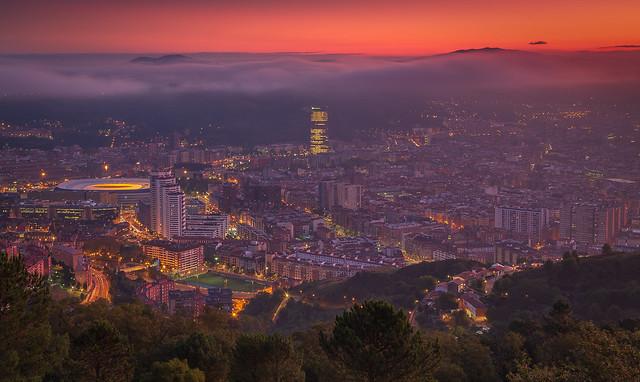 Amanecer Bilbao rojo con monte Oiz