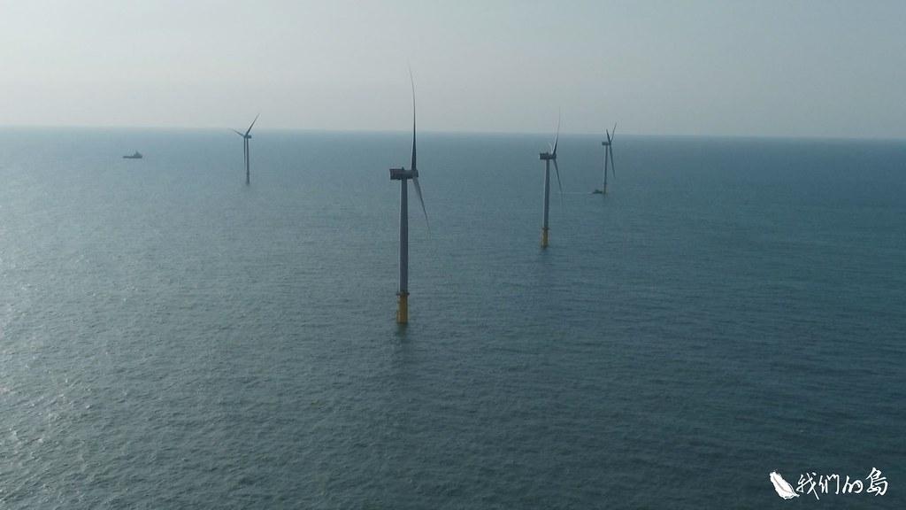 苗栗縣的龍鳳漁港外海的離岸風機。