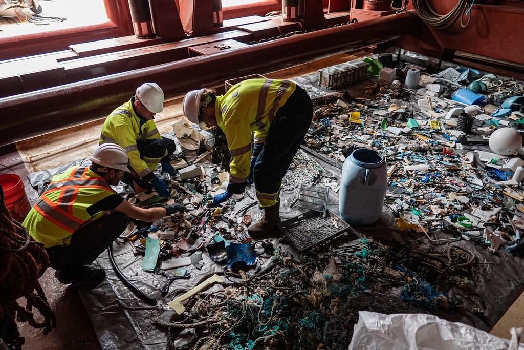 海洋吸塵器工作人員在船艙上整理收集來的垃圾。