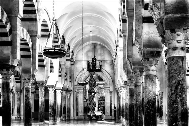 Lorsqu'une ampoule électrique est défectueuse à la Mezquita-Cathédrale  /  When a bulb does not work anymore in Mezquita-Cathedral