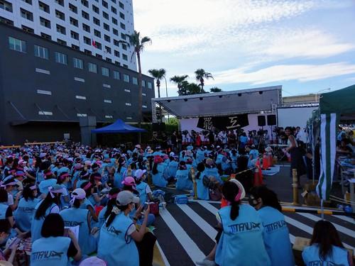 圖05.罷工第二天清晨,空服員席地而坐堅守罷工現場及罷工封鎖線