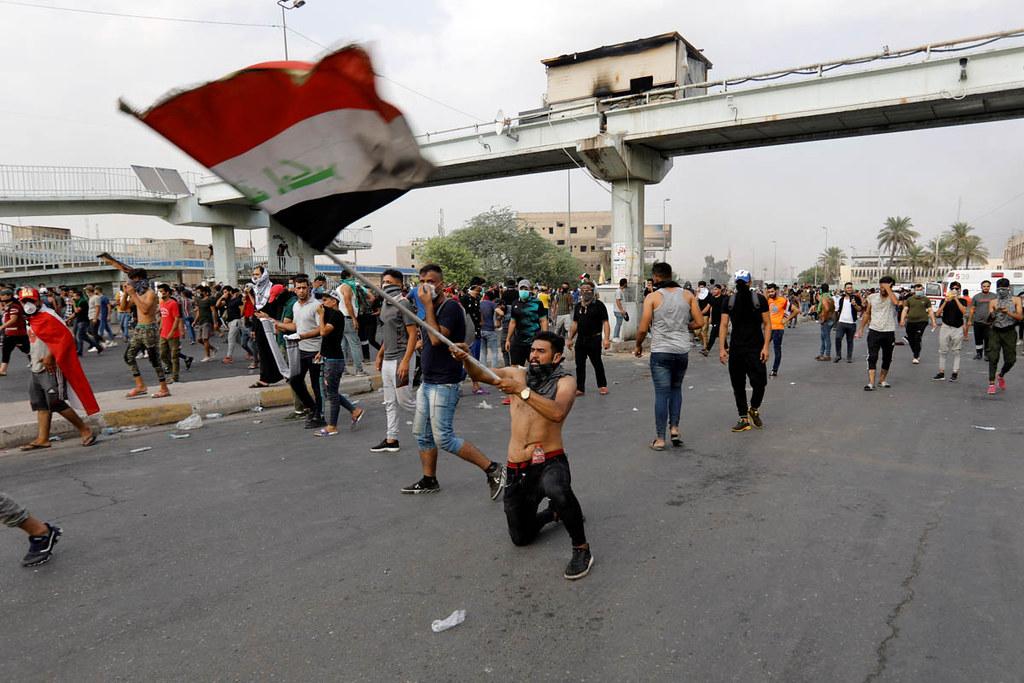 伊拉克年輕人湧入巴格達街頭表達對於失業、貪瀆與公共服務匱乏的憤怒。(圖片來源:Khalid Al-Mousily/Reuters)