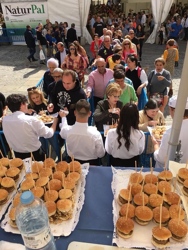 Público congregado en Palencia en la celebración del VII concurso 'La mejor hamburguesa de Castilla y León' celebrado en la Feria Alimentaria Naturpal de Palencia.