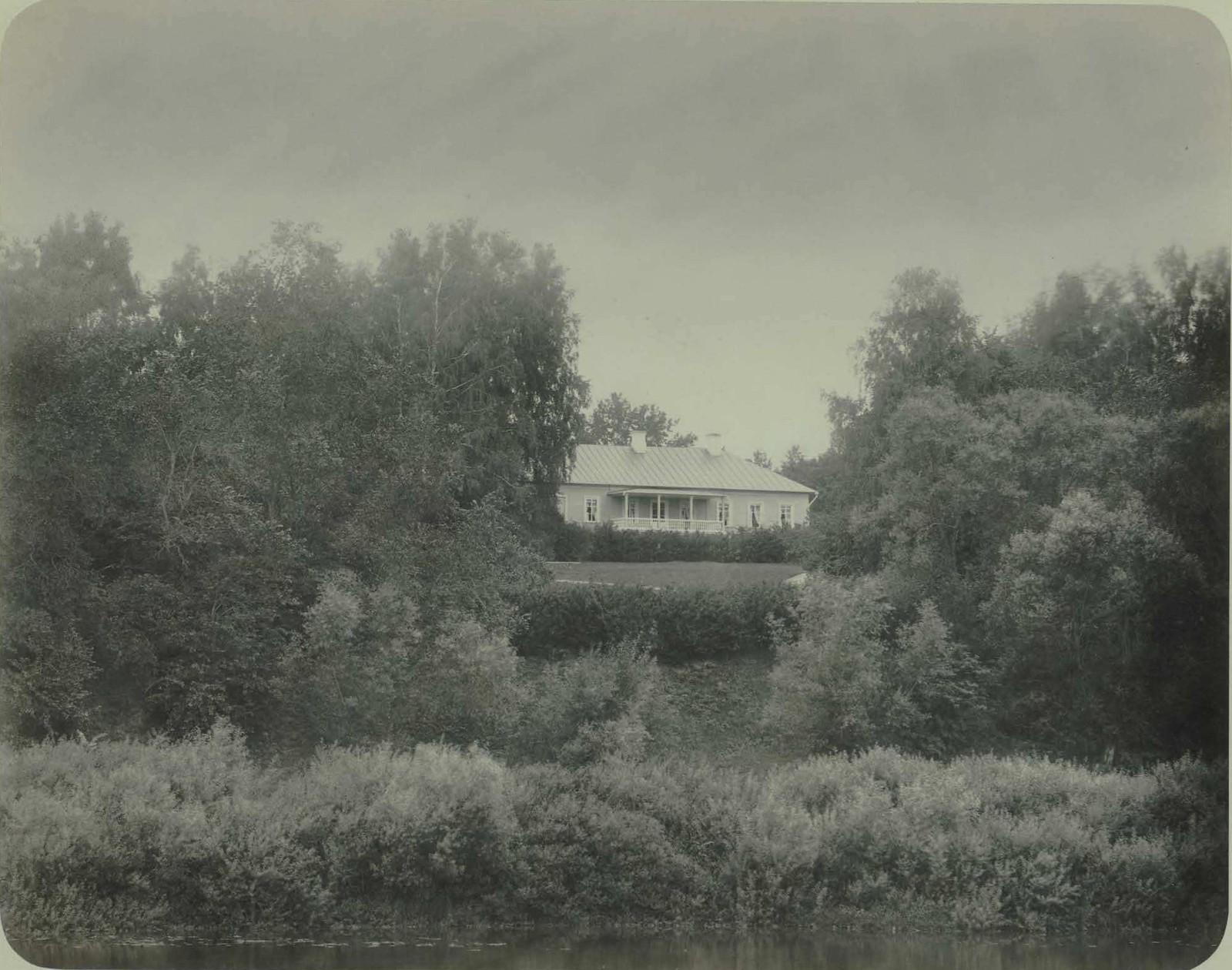 09. Усадьба Ильинское. Вид на деревянный дом с балконом