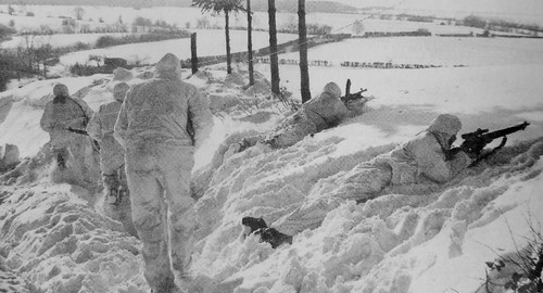 Patrol from the soldiers of the British 6th Airborne Division (6th Airborne Division) in winter camouflage, near a village in the Ardennes January 1945.
