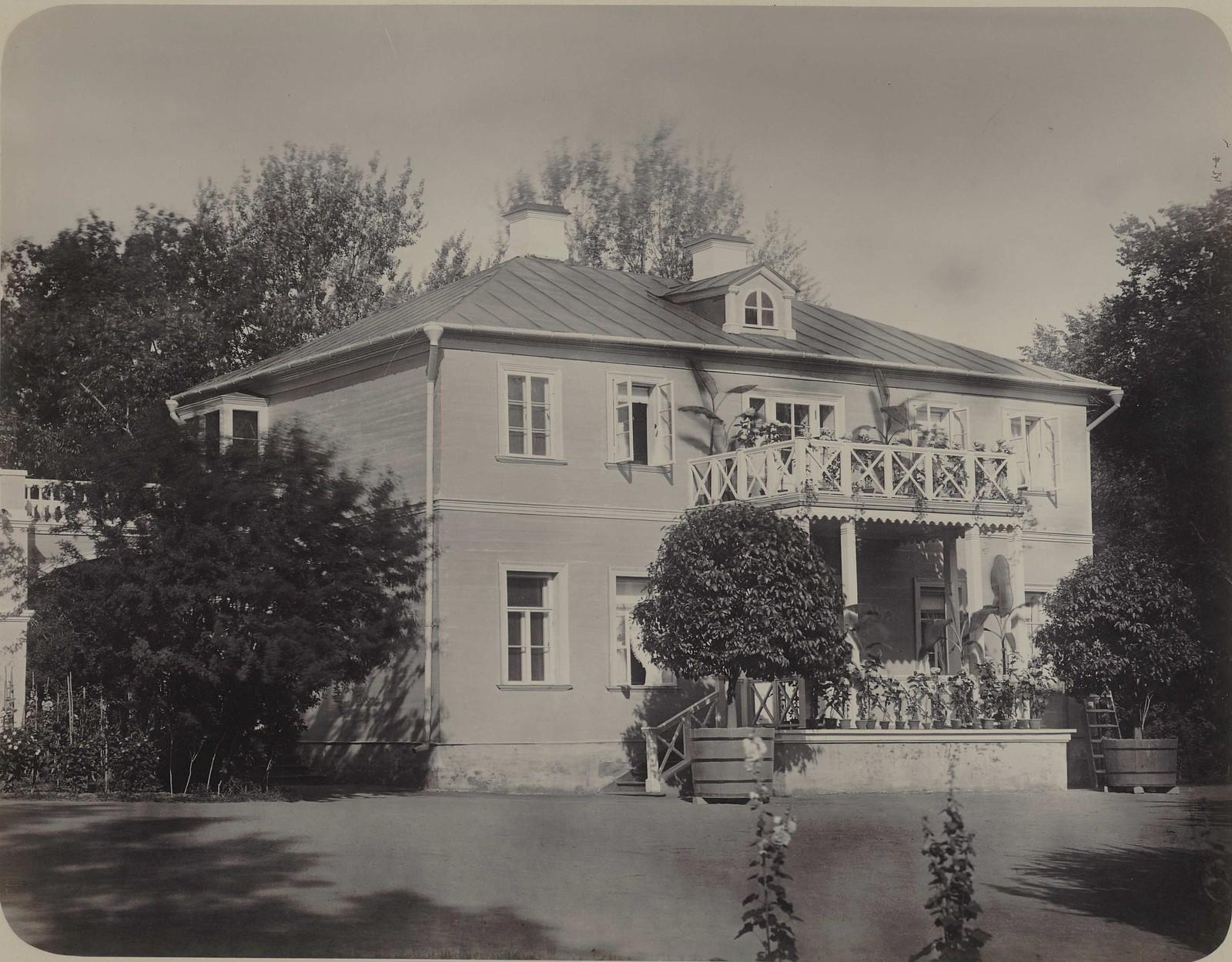 08. Усадьба Ильинское. Деревянный двухэтажный флигель с балконом