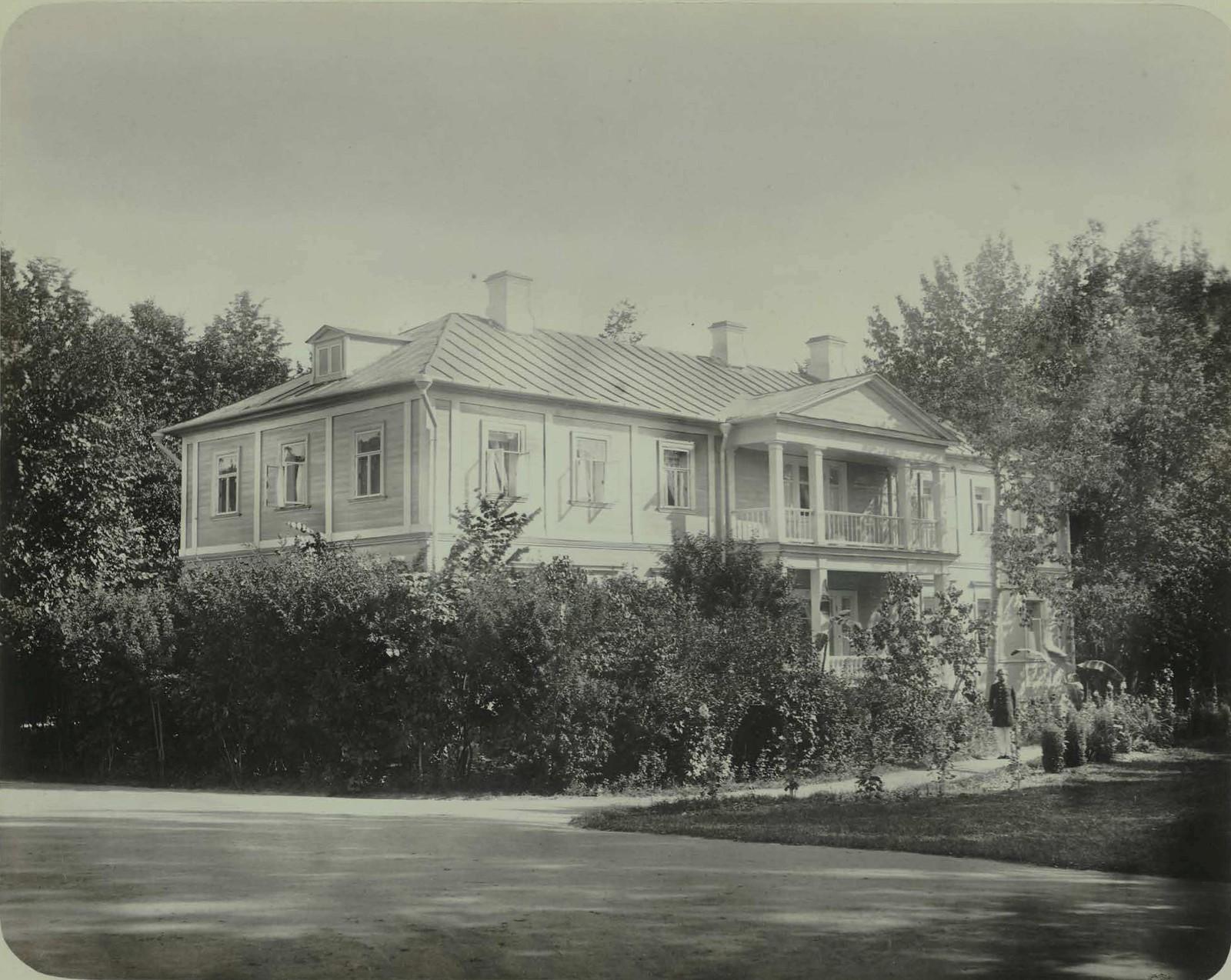 07. Усадьба Ильинское. Деревянный двухэтажный дом с балконом