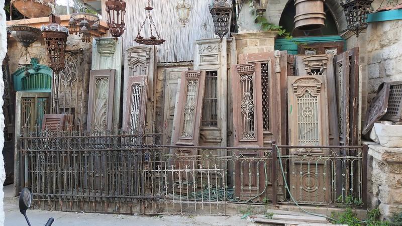 Старинные двери под открытым небом