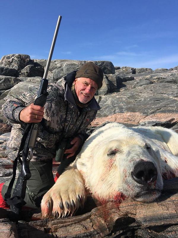 Ястржембский С.В. около убитого им белого медведя