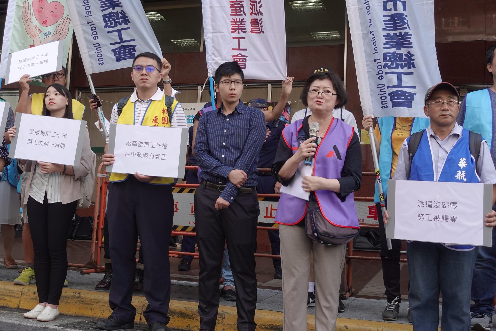 派遣工會理事長吳月霞(右二)遭公司不續聘,今日到勞動部提出不當勞動行為裁決案。(攝影:張智琦)