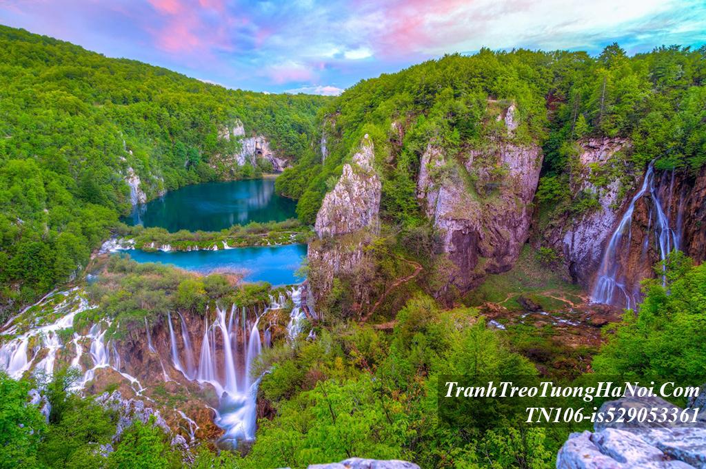 Canh dep thac nuoc chay tren cao amia TN106-is529053361-Croatia
