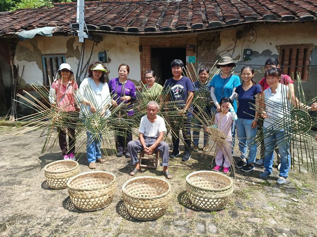 90歲師傅教導竹編技法,將工藝傳承下去。(圖片來源/臺南市竹會Facebook)