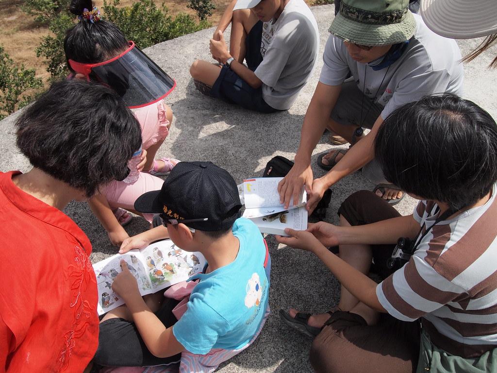 日本生物多樣性主流化的一項作法,是將現有的出版書籍中,找出與生物多樣性有關的書籍,集合成生物多樣性書庫,讓不同年齡層的人都有機會接觸。(示意圖)圖片來源:羅東林管處