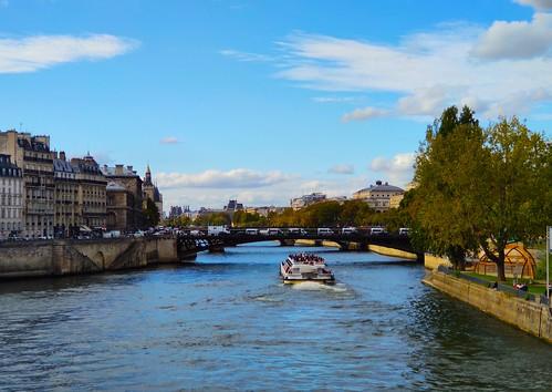 parisfrance seine eau bateaumouche bateau pont pontlouisphilippe ciel nuage france pontdarcole fleuve
