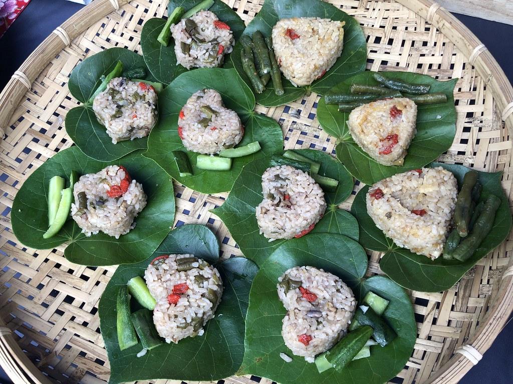 每天可以從吃當季、時令關懷生物多樣性。圖為苗栗通霄楓樹里以石虎米與當地食材做成的飯糰。攝影:廖靜蕙