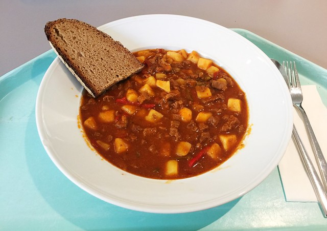 Beef goulash stew with farmers bread / Rindergulaschsuppeneintopf mit Bauernbrot