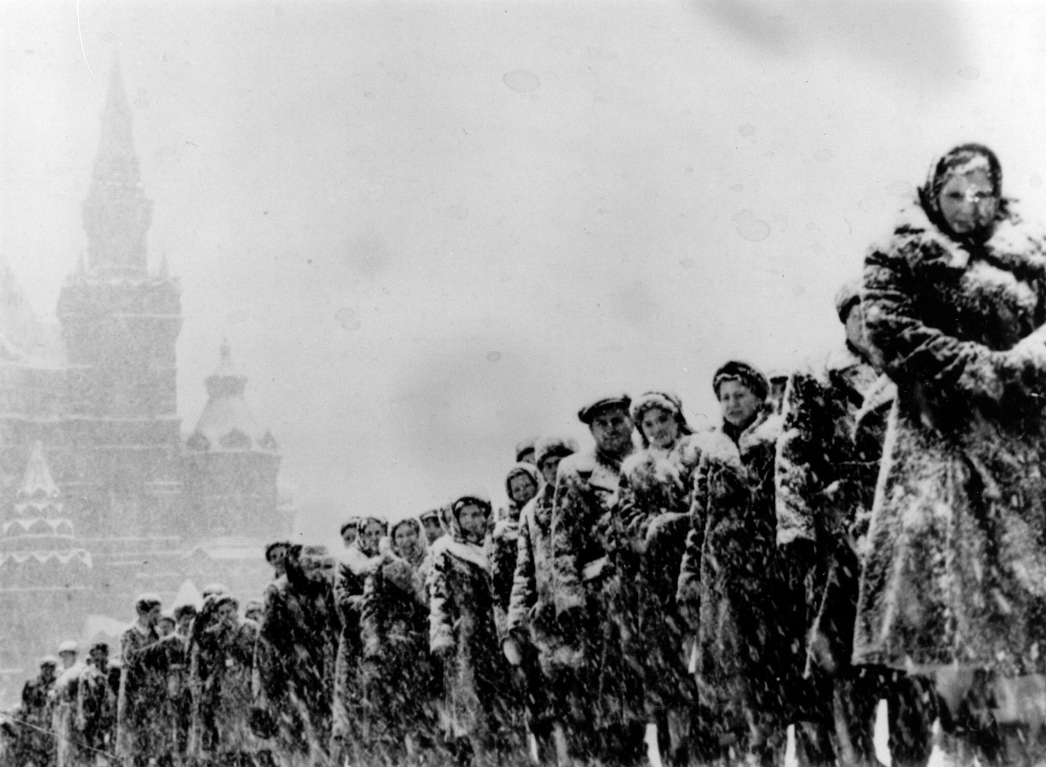 1959. Толпы людей выстраиваются в снег и мороз на Красной площади, чтобы посетить Мавзолей Ленина