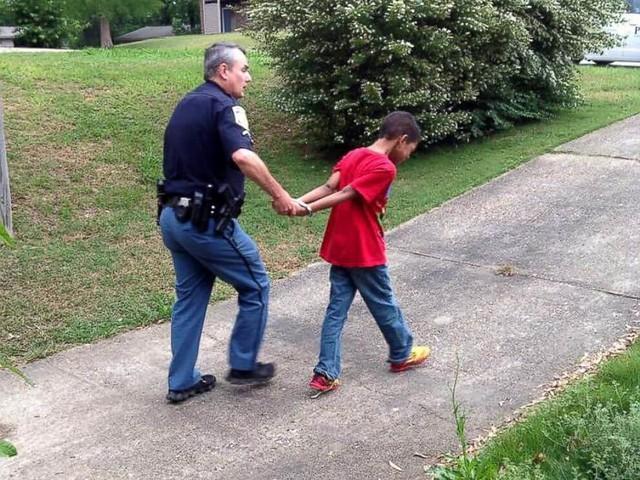 Mãe chama a polícia para simular prisão do filho bagunceiro