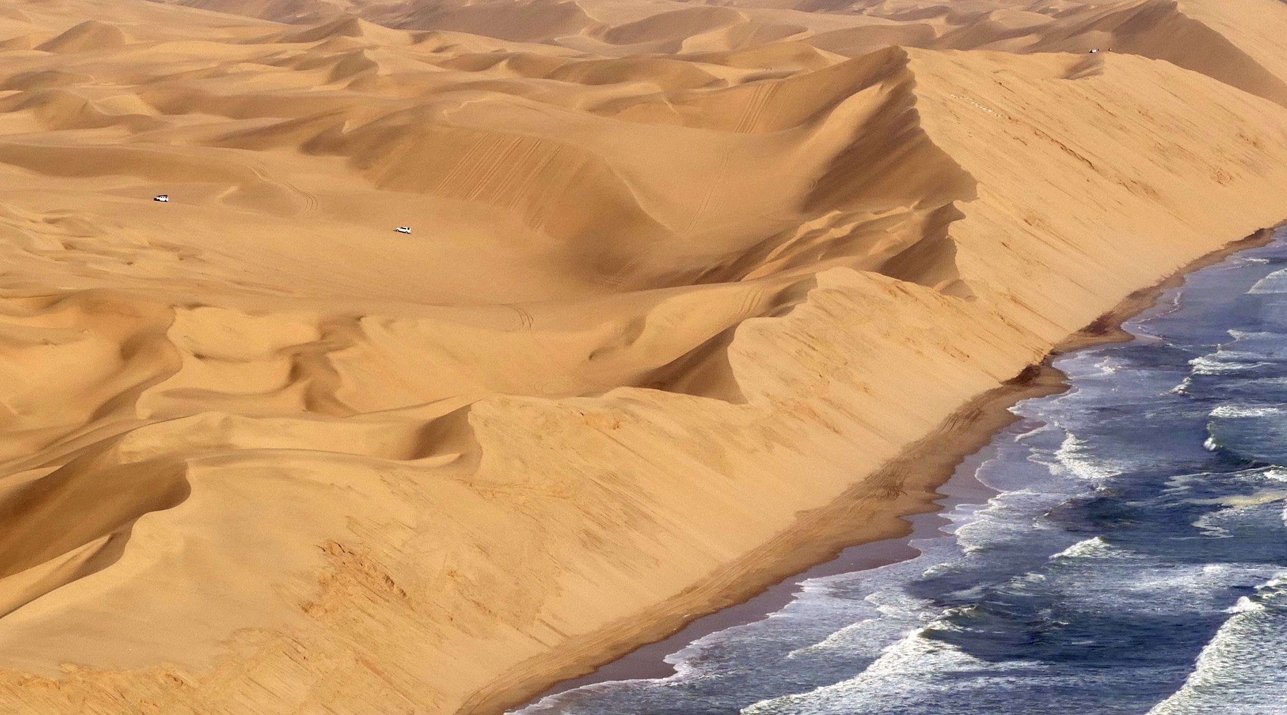 Dunes in Namibia [2529x1405] (by loraineltai)